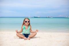 坐在莲花坐的美丽的小女孩 库存照片