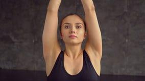 坐在莲花瑜伽姿势实践的凝思的少妇 在家做瑜伽的年轻成年女性 坐的妇女年轻人 影视素材