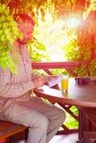 坐在葡萄酒设计木树荫处的有胡子的人 免版税图库摄影