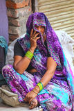 坐在街市上的地方妇女在法泰赫普尔西克里, Utta 库存照片