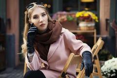 坐在街道咖啡馆的美丽的时髦的少妇画象  式样看的照相机 关闭 背景秀丽城市生活方式都市妇女年轻人 免版税图库摄影