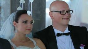坐在表上的新郎和新娘 影视素材