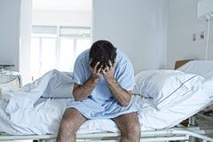 坐在诊所的单独医院病床哀伤和被毁坏的病残的绝望人 免版税库存照片