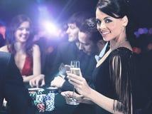 坐在赌博娱乐场的打牌者 免版税库存照片