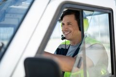 坐在轮子后的微笑的好人 免版税库存图片