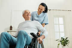 坐在轮椅的正面快乐的人 免版税库存照片