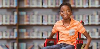 坐在轮椅的男孩画象的综合图象在图书馆 免版税库存照片