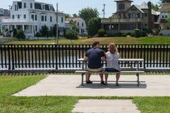 坐在野餐桌上的夫妇 库存照片