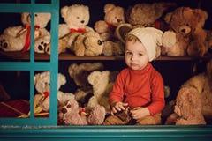 坐在长毛绒玩具的小男孩 库存图片