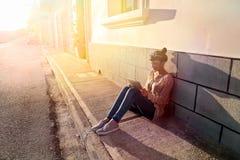 坐在阳光下 库存照片