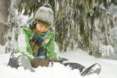 坐在雪的男孩 库存图片