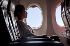 坐在飞行航空器的妇女 免版税图库摄影