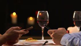 坐在餐馆卷动智能手机的夫妇,忽略真正的通信 股票视频