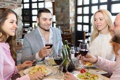 坐在餐馆的两对夫妇 免版税图库摄影