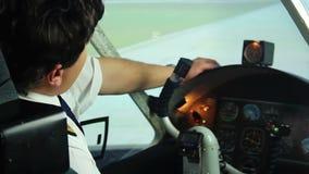 坐在驾驶舱内和作梦关于放松,悲伤的疲乏的困飞行员 股票视频