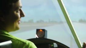 坐在驾驶舱内的私人飞行员显示赞许,飞行防真器,凉快的爱好 股票录像