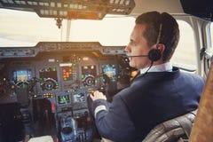 坐在驾驶舱内的镇静飞行员 库存照片