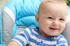 坐在高脚椅子的男婴 免版税库存照片