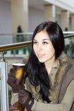坐在购物中心的咖啡馆的女孩 库存图片