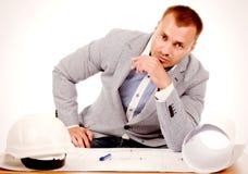 坐在他的书桌的男性建筑师或工程师 免版税库存照片