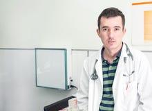 坐在医院的年轻医生 库存照片