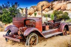 坐在Destert的生锈的红色卡车 库存图片
