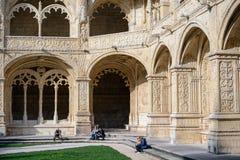 坐在Jerà ³ nimos修道院的修道院的人们 免版税库存照片