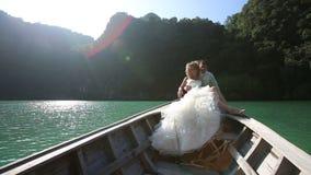 坐在longtail小船的欧洲婚礼夫妇 股票视频