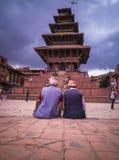 坐在Nyatapola寺庙前面 免版税库存照片