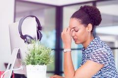 坐在offfice的疲乏的美国黑人的办公室工作者画象  免版税图库摄影