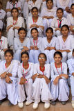 坐在Qutub Minar,德里,印度的印地安学校女孩 库存图片