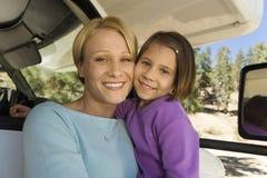 坐在RV的母亲和女儿 免版税库存图片
