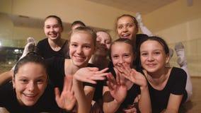 坐地板和看对与微笑的照相机的年轻芭蕾舞女演员 股票视频