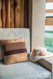 坐垫和帽子在阳台游泳池边 免版税库存照片