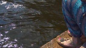 坐堤防和享受美好的夏天天气的妇女 股票视频