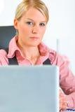 坐妇女的企业接近的确信的服务台 免版税库存图片