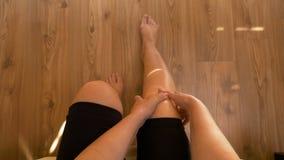 坐床和按摩两个膝盖的妇女POV有联合疼痛 股票视频