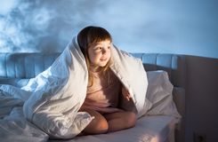 坐床和看在门户开放主义的女孩 免版税库存照片