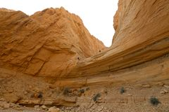坐式下降法从干燥瀑布的登山人 图库摄影