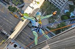 坐式下降法在博纳旺蒂尔旅馆下的唯一绳索登山人在洛杉矶 库存照片
