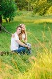 坐接近彼此的年轻夫妇 免版税图库摄影