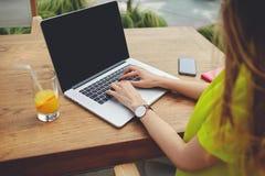 坐有空白的拷贝空间屏幕供参考的创造性的女性自由职业者前面便携式计算机 图库摄影