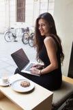 坐有空白的拷贝空间屏幕供参考的创造性的女性自由职业者前面便携式计算机 免版税库存图片