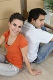 坐楼层的夫妇 免版税库存图片