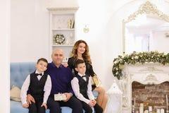 坐模范家庭的画象,慈爱的父母和儿子 免版税库存照片
