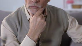 坐沙发和接触下巴的老人,考虑生活问题 影视素材