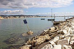 坐海湾的船坞 免版税库存照片