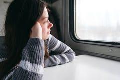 坐火车和看在窗口外面的好女孩 库存照片
