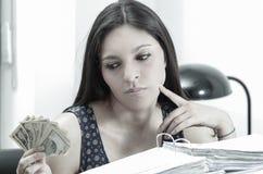 坐由书桌的西班牙深色的办公室妇女 免版税库存照片