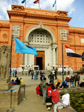 坐由埃及博物馆,开罗的游人 免版税图库摄影